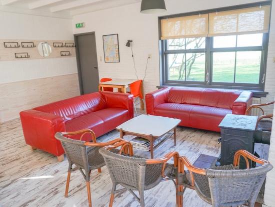groepsaccommodatie groepshuis Kamphuis hoeve elba christelijk vakantiehuis kerk kamp schoolkamp foto woonkamer-28